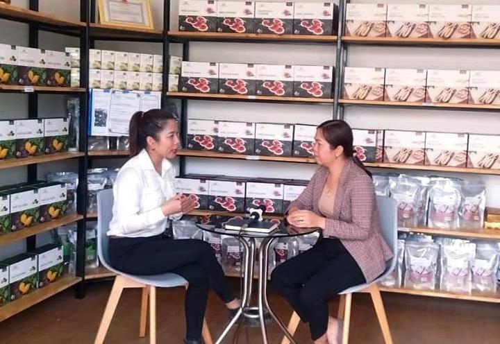 Tư vấn cho khách hàng về sản phẩm trà túi lọc khổ qua rừng